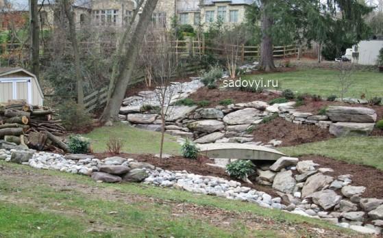 дизайн сухого ручья в саду, фото