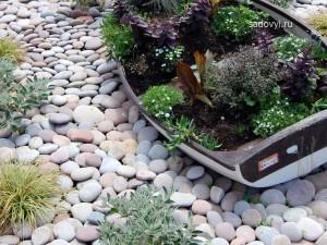 садовый декор своими руками,клумба из старой лодки