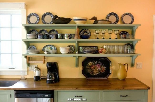 Открытые настенные полки в кухне: зачем?