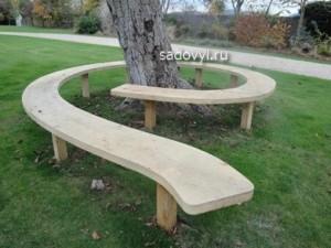 красивая дачная скамейка у дерева фото