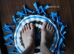 коврик для ног из мусорных пакетов своими руками